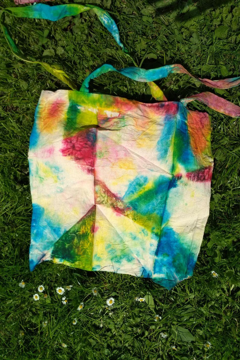 online workshop taška batika barevná malování na textil webinář 5 výtvarných technik a 10 tipů jak malovat nejen na triko s lektorkou arteterapie radkou rubešovou